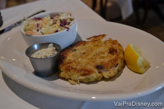Foto do Crab cake no prato, uma espécie de bolo de carne de caranguejo.