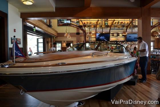 O barco que é na verdade uma das mesas do restaurante.