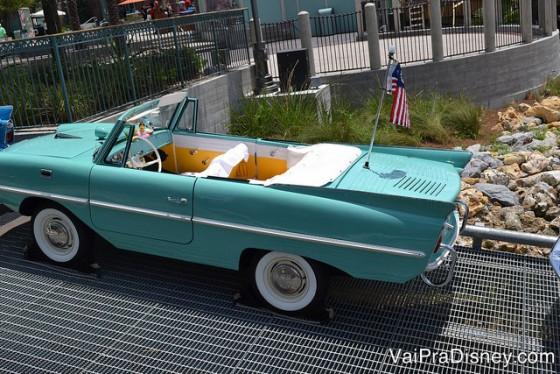 Foto do amphicar, o carro anfíbio (é também um barco). Ele é azul-claro