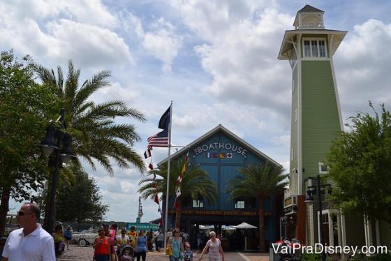 Foto do exterior do restaurante The Boathouse, em Disney Springs, que como o nome diz, imita uma casa de barcos, com um farol ao seu lado