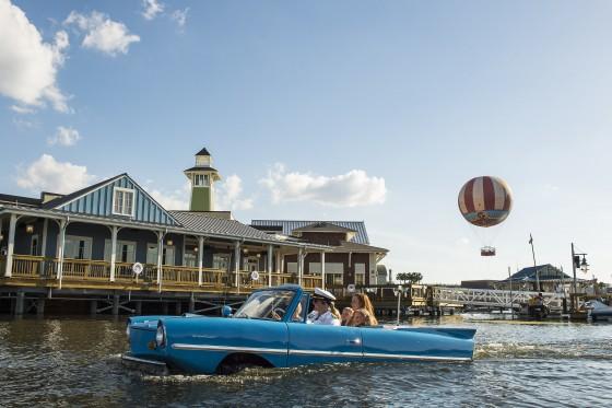 Foto de divulgação da Disney do amphicar na água, em Disney Springs