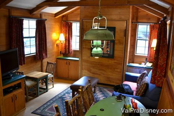 Foto da sala, que é integrada à cozinha, bem típica americana, no interior da cabine