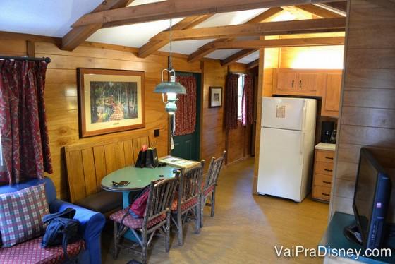 Um outro ângulo da sala da nossa casa no Fort Wilderness, com a mesa, geladeira e parte do sofá visíveis