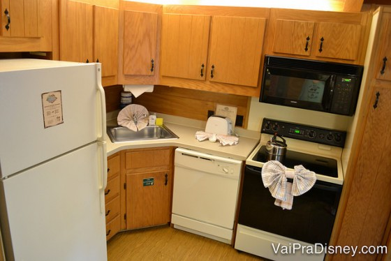 Aa cozinha do Fort Wilderness é completa: geladeira, fogão, máquina de lavar louças e todos os utensílios domésticos.