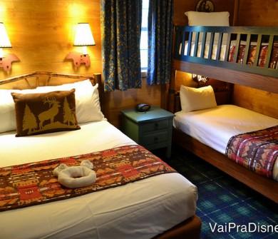 O quarto do Fort Wilderness tem uma cama de casal e uma beliche