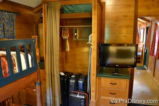 Outro ângulo do quarto do Fort Wilderness, com as duas cômodas e um armário