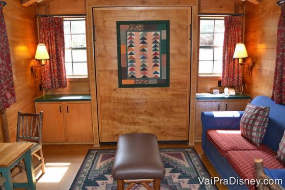 Foto da sala, com o sofá que vira uma cama de casal.