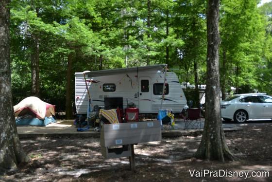 Foto dos trailers e barracas para quem faz camping dentro da Disney, em meio às árvores