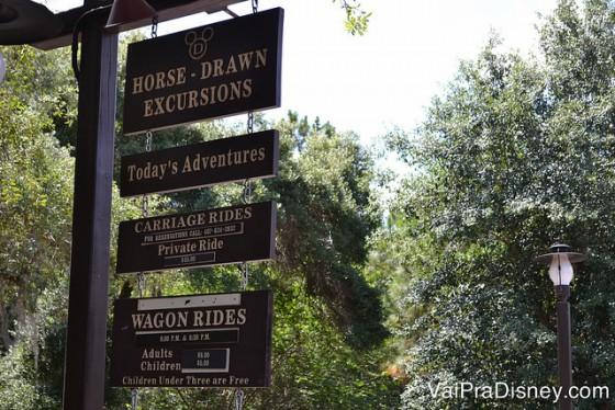 Foto das placas no hotel indicando onde ir para atividades como andar a cavalo e passeio de carruagem