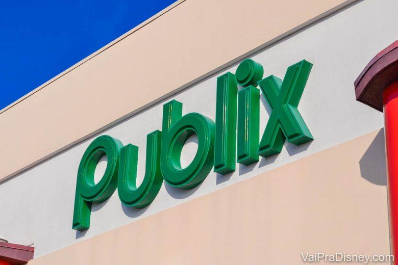 Foto da placa na entrada do Publix em Orlando, com as letras do nome do supermercado em verde