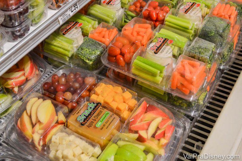 Foto de produtos frescos já cortados, como cenouras, maçãs, tomatinhos etc