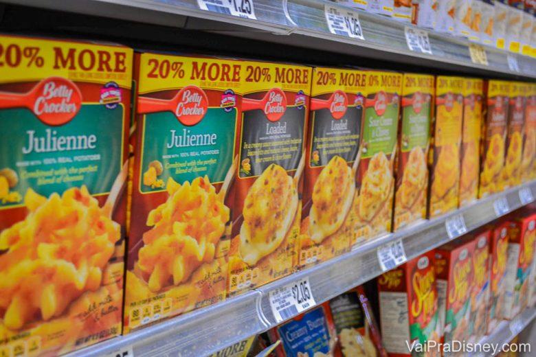 Opções de comidas pré-prontas na prateleira do supermercado