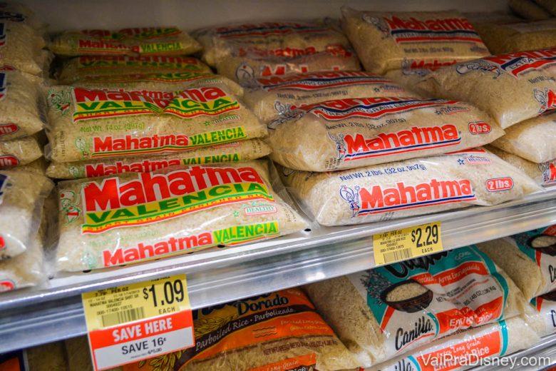 Foto de pacotes de arroz à venda na prateleira do supermercado