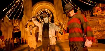 Imagem da festa de halloween da Universal, a Halloween Horror Nights, mostrando pessoas caracterizadas, entre elas Leatherface, Jason e Freddy Krueger.