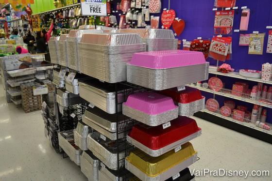 Todos os tipos de recipientes, assadeiras e bandejas para servir comidas sem bagunça
