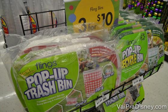 Olha esses cestos de lixo desmontáveis para deixar no meio da festa. São 3 por $10 dólares