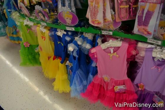 Fantasias de todas as princesas da Disney na Party City, em versões mais simples (e também mais baratas) do que as encontradas nos parques. A Amazon ainda tem fantasias por ótimos preços e bem parecida com a dos parques e a dos filmes!