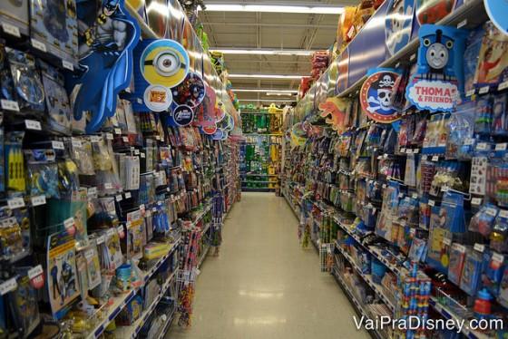 Cada seção da Party City é dividida em temas. Nesse corredor, note que as placas ao longo das gôndolas, trazem produtos do mesmo tema/motivo.