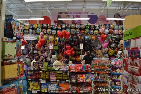 Dá uma olhada na seção de balões da Party City