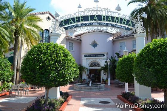 Foto do exterior do Cafe La Bamba na Universal, com uma placa decorada no estilo da Hollywood antiga