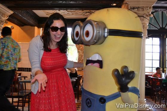 Renata posando com um dos Minions no café com personagens da Universal
