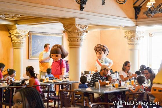 Foto da Dora aventureira e do Diego chegando para encontrar os visitantes no café com personagens da Universal
