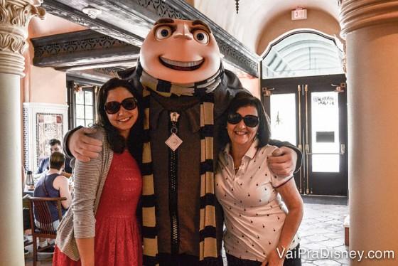 Foto da Renata com a mãe dela e o Gru no café com personagens da Universal