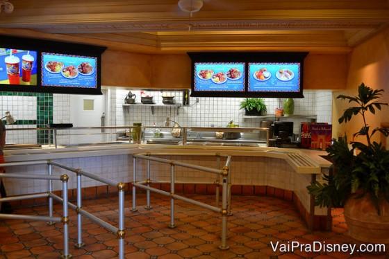 Foto da parte do Cafe La Bamba onde você pega a comida, com displays mostrando as opções atrás do balcão