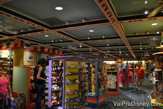 Como todo hotel da Disney, não falta uma lojinha no Caribbean Beach.