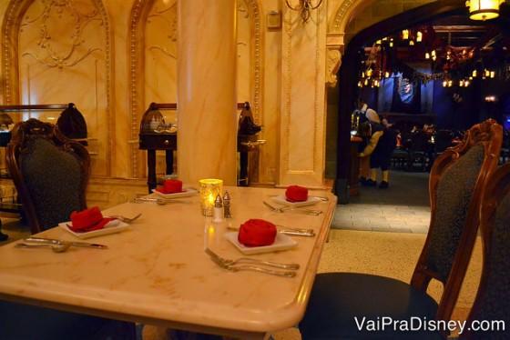 Um pedacinho do Be Our Guest no jantar, com os guardanapos em formato de rosa.