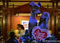Uma das estátuas mais românticas, em um dos restaurantes menos românticos, rs. Essa foto é do Tony's, dentro do Magic Kingdom.