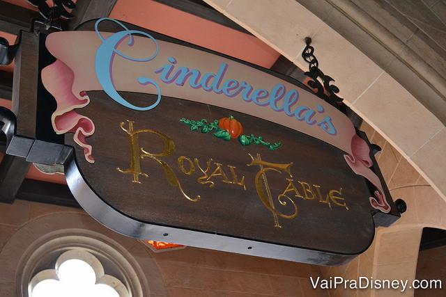 Clássica placa do Cinderella's Royal Table, vista por quem atravessa o castelo.