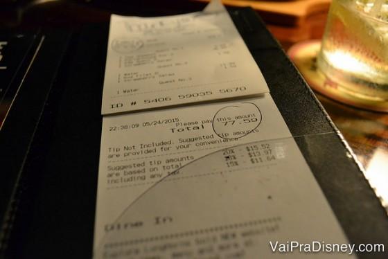 Conta do Longhorn para 3 pessoas, mostrando o valor final de 77,59 dólares