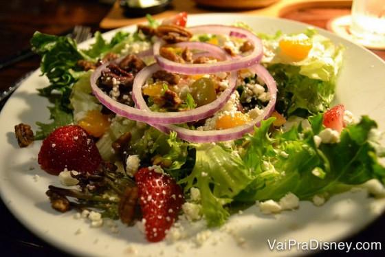 Foto da salada do Longhorn, bem variada com cebola em cima
