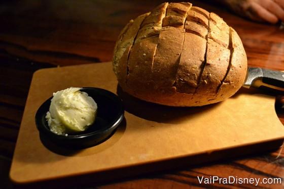 Tudo é bom no LongHorn, a começar por esse pão. Foto do pão redondo com a manteiga ao lado