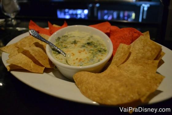 Foto dos aperitivos, nachos com molho de queijo