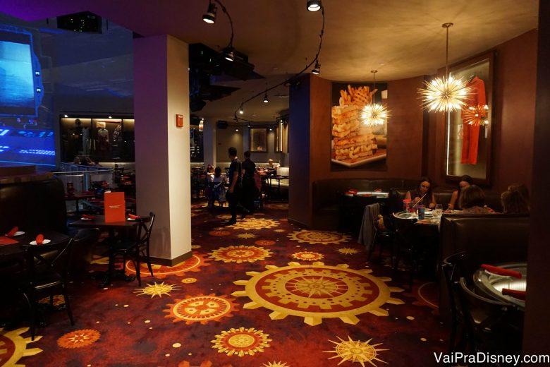 Carpetes coloridos e decoração nas paredes no Planet Hollywood