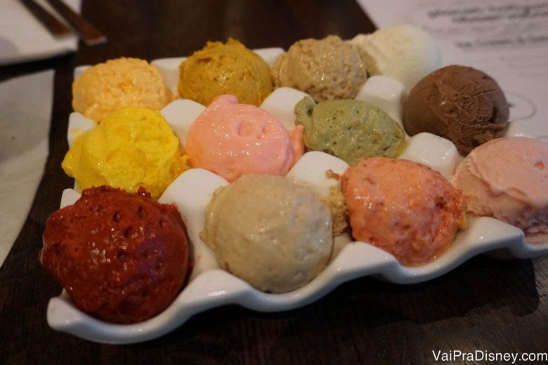 A bandeja com 12 pequenas bolas de sorvete de sabores diferentes que o Felipe pediu