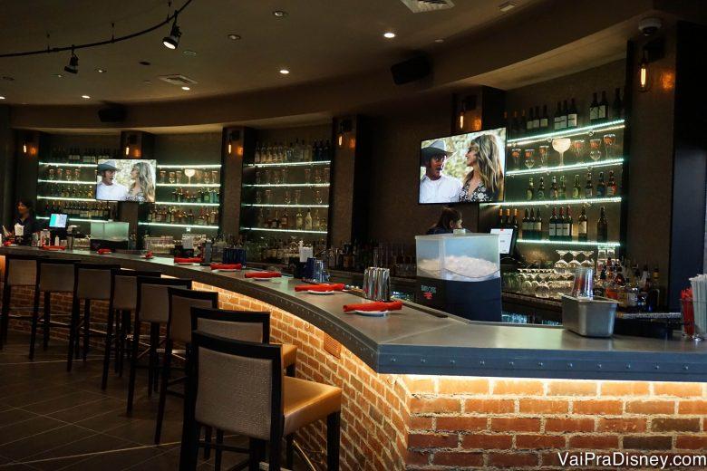 O bar do Planet Hollywood, com algumas TVs passando filme
