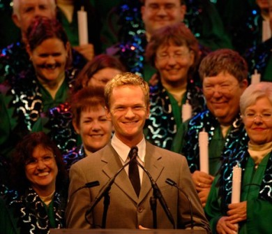 "Neil Patrick Harris, o famoso Barney de ""How I Met Your Mother"" é sempre um dos narradores do Candleight Processionals"