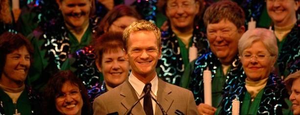"""Neil Patrick Harris, o famoso Barney de """"How I Met Your Mother"""" é sempre um dos narradores do Candleight Processionals"""