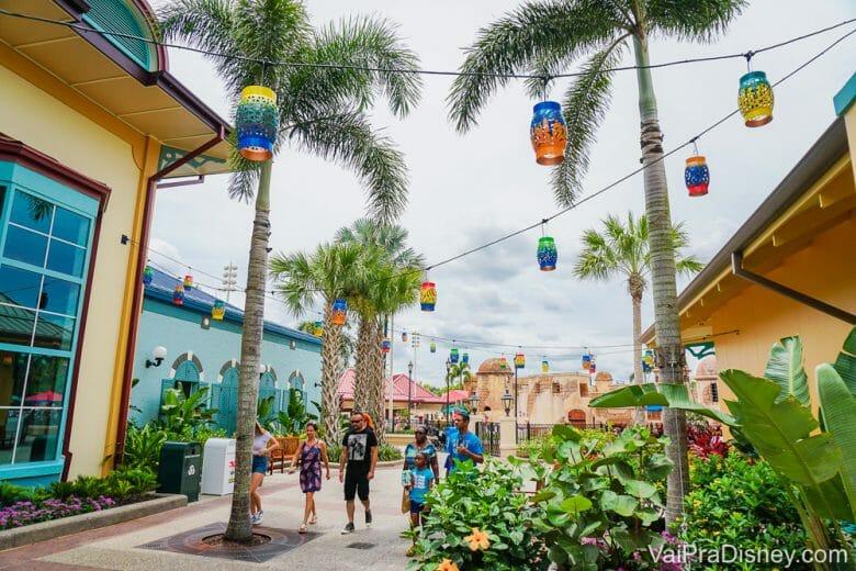 Foto do hotel Caribbean Beach, na Disney, com decoração caribenha, palmeiras e prédios pintados de azul e amarelo. A Disney flexibilizou sua política de cancelamento de hotéis.