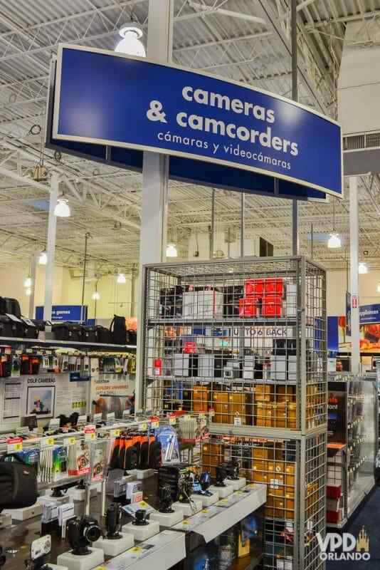 Área de câmeras fotográficas e filmadoras da Best Buy. Um paraíso para quem gosta de gastar dinheiro com elas! Foto da Best Buy em Orlando, mostrando diversas câmeras à venda.