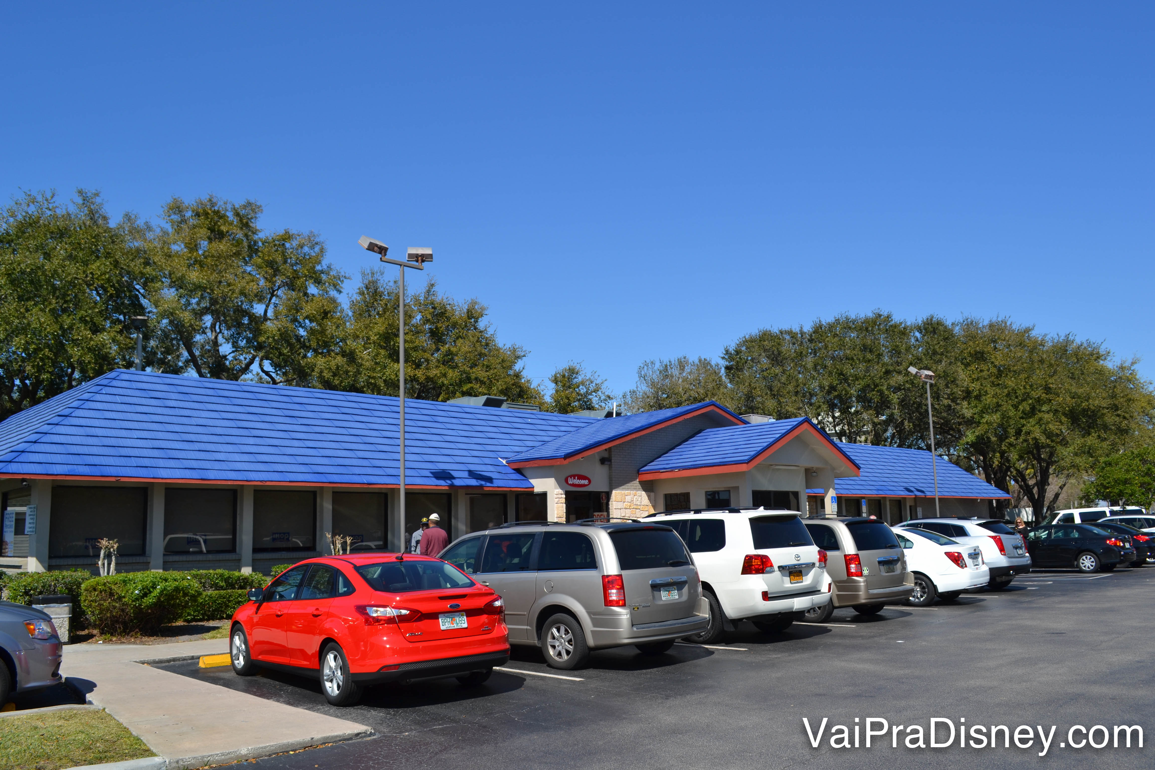 O estacionamento e o exterior do Ihop de Kissimee, com telhado pintado de azul