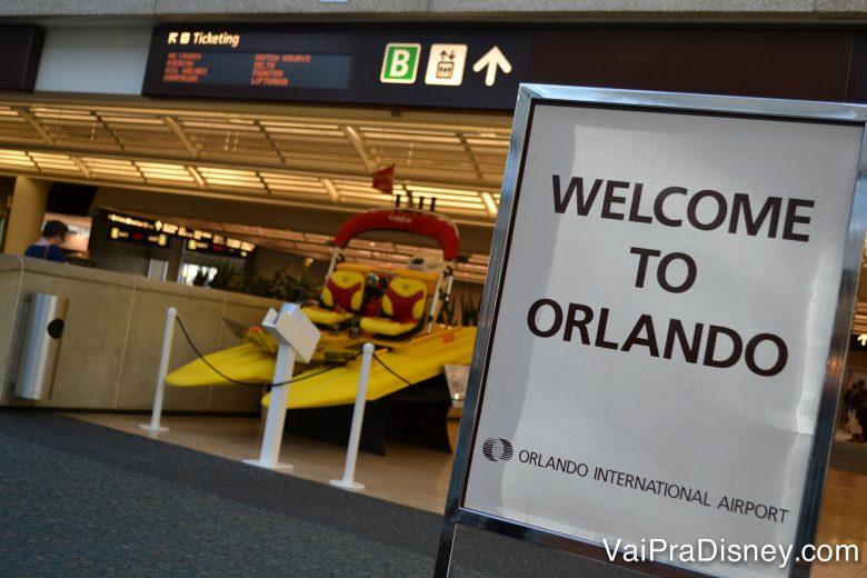 """Foto de uma placa no aeroporto de Orlando, onde está escrito """"Welcome to Orlando"""""""