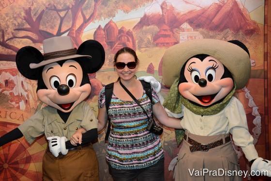 Mickey e Minnie com roupas de safari.