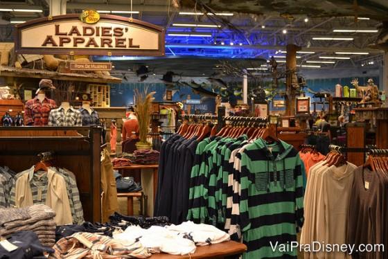 Um pouquinho da área de roupas casuais da Bass Pro Shops.