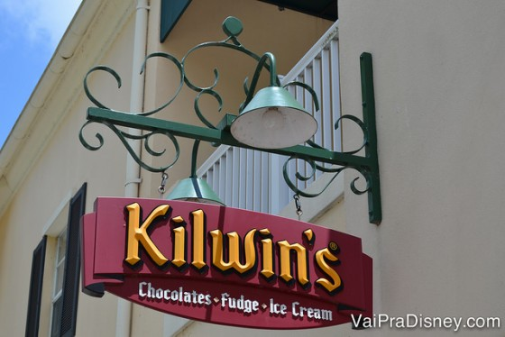 Placa da Kilwin's, que fica ao lado, uma sorveteria muito boa