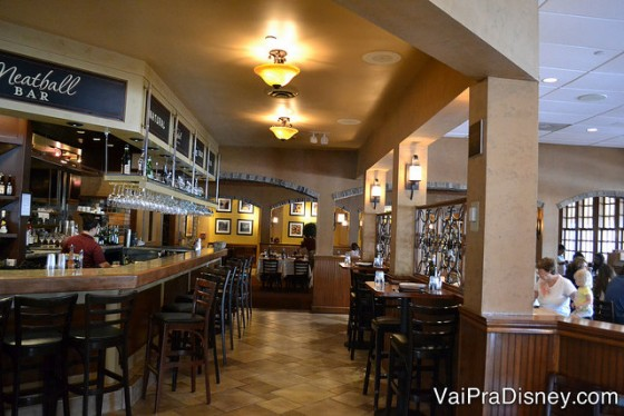 Um pouco da área do bar e também um cantinho das mesas do Portobello.