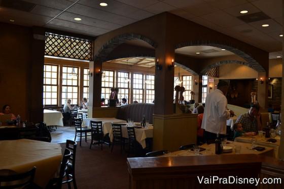 As mesas do restaurante, com janelas bem amplas ao fundo